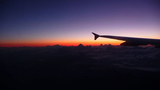 800px-Sunset_in_a_plane